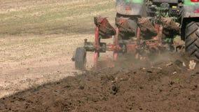 Tractor que ara la tierra en primavera metrajes
