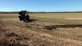 Tractor que ara la tierra en primavera almacen de video