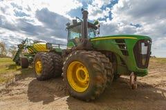 Tractor que ara los campos en primavera fotografía de archivo