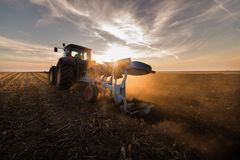 Tractor que ara los campos - preparación de la tierra para las siembras Fotos de archivo libres de regalías