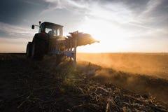 Tractor que ara los campos - preparación de la tierra para las siembras Foto de archivo