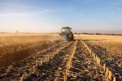 Tractor que ara los campos - preparación de la tierra para las siembras Imagenes de archivo