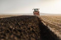 Tractor que ara los campos - preparación de la tierra para las siembras Fotos de archivo