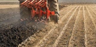 Tractor que ara los campos - preparación de la tierra para las siembras Fotografía de archivo