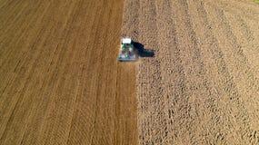 Tractor que ara un campo en el campo francés Imagen de archivo libre de regalías
