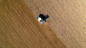 Tractor que ara un campo en el campo francés Foto de archivo