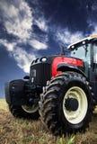 Tractor que cosecha un campo de trigo Imagen de archivo