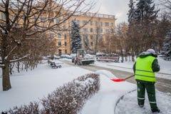 Tractor que limpia el camino de la nieve El excavador limpia el st Imágenes de archivo libres de regalías