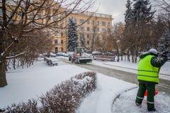 Tractor que limpia el camino de la nieve El excavador limpia el st Fotos de archivo