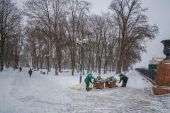 Tractor que limpia el camino de la nieve El excavador limpia el st Foto de archivo libre de regalías