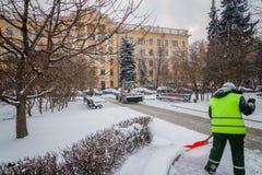 Tractor que limpia el camino de la nieve El excavador limpia el st Imagen de archivo