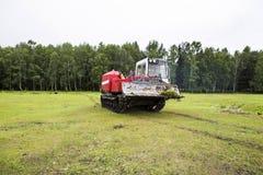 Tractor que patina en el proceso del trabajo imagen de archivo libre de regalías