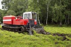 Tractor que patina en el proceso del trabajo fotos de archivo libres de regalías