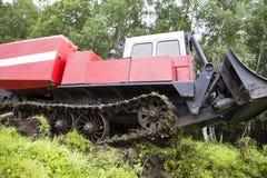 Tractor que patina en el proceso del trabajo fotografía de archivo libre de regalías