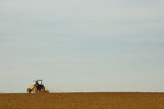 Tractor que prepara el suelo para plantar Foto de archivo libre de regalías