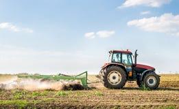 Tractor que prepara la tierra Imagen de archivo