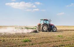 Tractor que prepara la tierra Foto de archivo libre de regalías