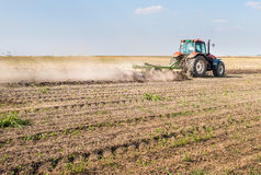 Tractor que prepara la tierra Imagenes de archivo