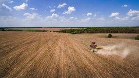 Tractor que prepara la tierra para sembrar dieciséis filas aéreas, el concepto de cultivo, siembra, arando el campo, el tractor y fotografía de archivo