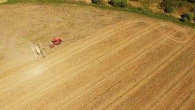 Tractor que prepara la tierra para sembrar dieciséis filas aéreas, el concepto de cultivo, siembra, arando el campo, el tractor y almacen de video