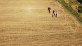 Tractor que prepara la tierra para sembrar dieciséis filas aéreas, el concepto de cultivo, siembra, arando el campo, el tractor y almacen de metraje de vídeo