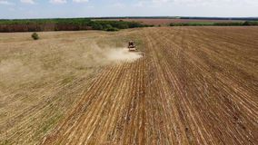 Tractor que prepara la tierra para sembrar diecis?is filas a?reas, el concepto de cultivo, siembra, arando el campo, el tractor y metrajes