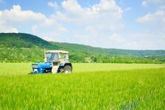 Tractor que se coloca en un campo Foto de archivo