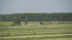 Tractor que se mueve en el campo agrícola para cosechar la tierra Maquinaria agrícola en la cosecha del campo almacen de metraje de vídeo