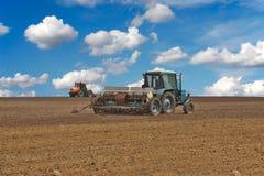 Tractores en el campo Fotos de archivo