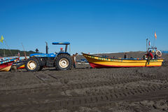 Tractor que tira del barco de pesca Fotos de archivo