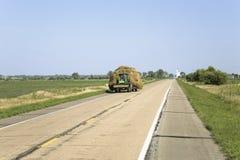 Tractor que tira hacia abajo el heno Foto de archivo libre de regalías