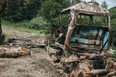 Tractor quebrado en un bosque salvaje Foto de archivo