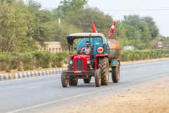 Tractor on a Rajasthan road Royalty Free Stock Photos