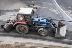 Tractor rodado durante el trabajo de la construcción de carreteras imagenes de archivo