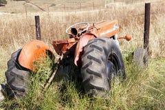 Tractor rojo abandonado vintage de Massey Ferguson 135 en granja Imagenes de archivo