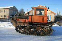 Tractor ruso viejo en el camino del invierno Fotos de archivo
