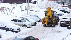 Tractor Schoonmakende Sneeuw in de Winter Sneeuwdag in Stad Het Voertuig van de de winterdienst in het Werk Het voertuig van de s stock footage