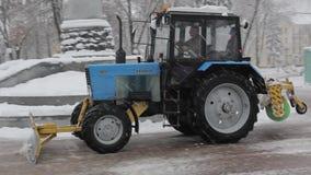 Tractor schoonmakende sneeuw in het park stock footage