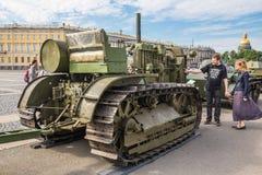 Tractor soviético C-60 Stalinets de la Segunda Guerra Mundial en la acción militar-patriótica en el cuadrado del palacio, St Pete Foto de archivo libre de regalías