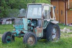 Tractor soviet-hecho oxidado viejo en el corral Imagen de archivo libre de regalías