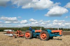 Tractor triplicado gama del vintage que tira de un arado imagen de archivo