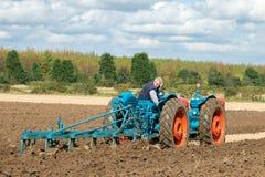 Tractor triplicado gama del vintage que tira de un arado fotos de archivo