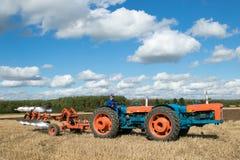 Tractor triplicado gama del vintage que tira de un arado fotografía de archivo libre de regalías