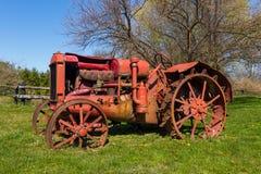 Tractor viejo abandonado imagenes de archivo