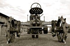 Tractor viejo de Farmall en una demostración de trilla (B y W) Fotos de archivo