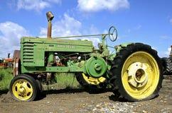 Tractor viejo de John Deere con los neumáticos desinflados Fotografía de archivo libre de regalías