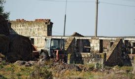 Tractor viejo en granja de la vaca de las ruinas Foto de archivo libre de regalías