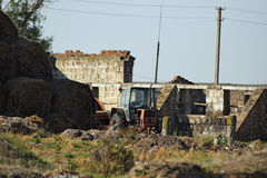 Tractor viejo en granja de la vaca de las ruinas Imagenes de archivo