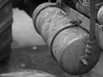 Tractor viejo en oxidado azul con los detalles del motor del motor y de la foto blanco y negro de las herramientas Fotos de archivo