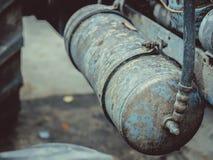 Tractor viejo en oxidado azul con los detalles del motor y de las herramientas del motor Imágenes de archivo libres de regalías